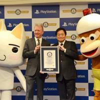 ゲームのキャラクターに囲まれギネス世界記録の公式認定証を手にする久多良木健氏(右)とソニー・インタラクティブエンタテインメントのジム・ライアンCEO=東京都港区で2019年12月3日、道永竜命撮影