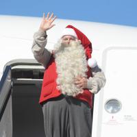 手を振るサンタクロース=成田空港で2019年12月3日午前10時32分、中村宰和撮影