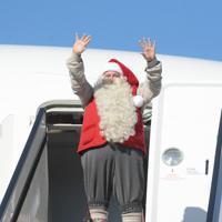 手を振るサンタクロース=成田空港で2019年12月3日午前10時33分、中村宰和撮影
