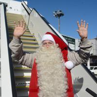 手を振るサンタクロース=成田空港で2019年12月3日午前10時41分、中村宰和撮影