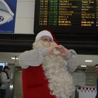 両手でハートのマークを作るサンタクロース=成田空港で2019年12月3日午前11時10分、中村宰和撮影