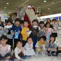保育園児らの出迎えを受けるサンタクロース=成田空港で2019年12月3日午前11時27分、中村宰和撮影
