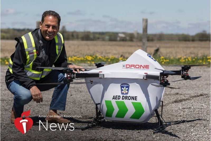 AEDを運ぶドローンと、研究チームを率いるCheskes氏。ドローンは高度75~90mを時速120kmで飛ぶという=撮影はDrone Delivery Canada