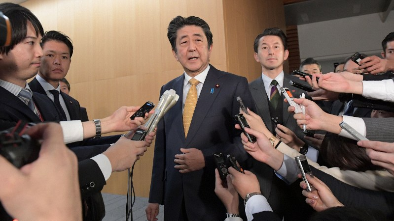 日韓軍事情報包括保護協定(GSOMIA)の継続について記者団の質問に答える安倍晋三首相=首相官邸で2019年11月22日、川田雅浩撮影