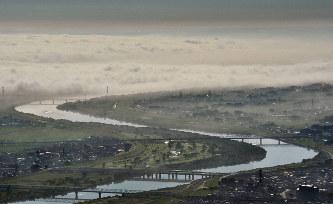 利根川付近に発生した雲海=埼玉県大利根町(現加須市)で2010年10月11日、西本勝撮影