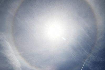 太陽に丸い環がかかったように見える日がさ=名古屋市内で