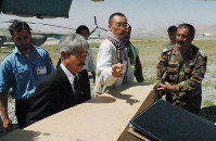 Japanese doctor Tetsu Nakamura, second from left, is seen helping to carry the coffin containing fellow activist Kazuya Ito onto an ambulance from an Afghan military helicopter, in Kabul, Afghanistan, on Aug. 28, 2008. (Mainichi/Shinichi Kurita)
