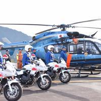 交通取り締まりを前に出発式に臨む警察官ら=愛知県設楽町で2019年11月2日午前10時3分、高井瞳撮影