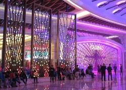 「ギャラクシー・マカオ」のカジノ入り口=マカオ・コタイ地区で2018年3月12日、小原擁撮影