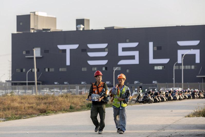 米テスラは電気自動車(EV)の工場を上海に建設した (Bloomberg)