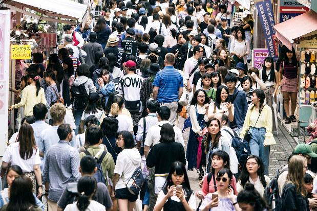 人口減少が始まった日本では、雇用問題はますます重要に(Bloomberg)