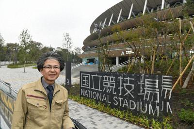 国立競技場の前に立つ設計管理技術者の川野久雄さん=東京都新宿区で11月27日、内藤絵美撮影