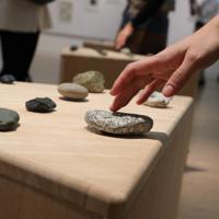 「ここから4」で展示されているMATHRAXの「いしのこえ」=東京都港区の国立新美術館で2019年12月4日、岡本同世撮影