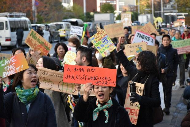 地球温暖化対策の強化を求めてデモ行進する大学生ら=東京都新宿区で2019年11月29日、岩崎歩撮影