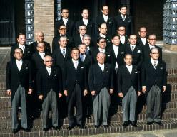 首相官邸中庭で、記念撮影に臨む中曽根康弘首相と閣僚たち(1982〈昭和57〉年11月)