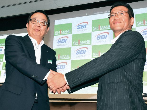 資本業務提携を結んだ島根銀の鈴木良夫頭取(左)とSBIHDの森田俊平専務取締役