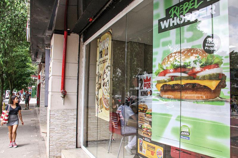 サンパウロ市内のハンバーガーショップでも、「代替肉バーガー」を大々的に宣伝(筆者撮影)