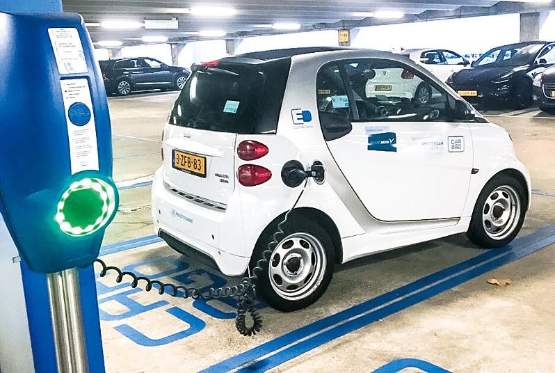 スキポール空港で活用されている電気自動車カーシェア。脱炭素社会を目指す(筆者撮影)