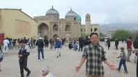 ホジェンド旧市街の広場。ホジェンドブルーと呼ばれる玉虫色のドームのモスクが建つ(写真は筆者撮影)