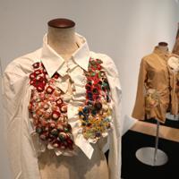 「ここから4」で展示されている「nui project」のシャツ。心のままに縫い付けられた糸目は「着るため」という目的を超越している=東京都港区の国立新美術館で2019年12月4日、岡本同世撮影
