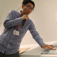 「ここから4」で、マンガを視覚から触覚に翻訳する試みについて説明する渡邊淳司さん=東京都港区の国立新美術館で2019年12月4日、岡本同世撮影