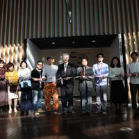 「ここから4」開会式でテープカットする出展作家や関係者=東京都港区の国立新美術館で2019年12月4日、岡本同世撮影