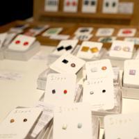 「ここから4」物販コーナーでは、京都市で精神障害を持つ女性の就労支援NPO「Salut」(サリュ)の七宝焼きアクセサリーやつまみ細工の小物なども販売している=東京都港区の国立新美術館で2019年12月4日、岡本同世撮影