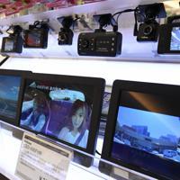 店頭に並ぶドライブレコーダー=東京都江東区で2019年11月27日、根岸基弘撮影