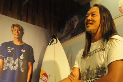 クイックシルバーの日本チームマネジャーを務める吉村裕次さん。左のポスターは五十嵐カノア=東京都内で2019年10月18日午後2時7分、村上正撮影