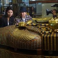 ツタンカーメン王の黄金のひつぎに見入る吉村作治・東日本国際大学学長(右)と橋本マナミ