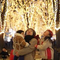 「SENDAI光のページェント」の点灯式で一斉にともされたイルミーネーション=仙台市青葉区で2019年12月6日午後5時47分、和田大典撮影