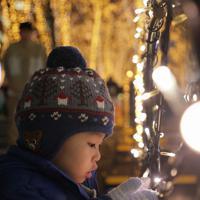 「SENDAI光のページェント」の点灯式で一斉にともされたイルミーネーションに見入る子ども=仙台市青葉区で2019年12月6日午後6時46分、和田大典撮影