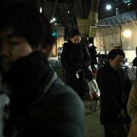 「SENDAI光のページェント」の点灯前に、台風19号などによる豪雨の犠牲者を悼み黙とうする人たち=仙台市青葉区で2019年12月6日午後5時12分、和田大典撮影