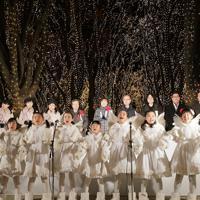 「SENDAI光のページェント」の点灯式で一斉にともされたイルミーネーションの下で歌を披露する子どもたち=仙台市青葉区で2019年12月6日午後5時31分、和田大典撮影