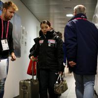 女子フリーの抽選会場に向かう紀平梨花=イタリア・トリノのパラベラ競技場で2019年12月6日、貝塚太一撮影