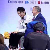 男子フリーの演技を終え、キスアンドクライでジスラン・ブリアンコーチに話をする羽生結弦=イタリア・トリノのパラベラ競技場で2019年12月7日、貝塚太一撮影
