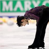 男子フリーを終え、険しい表情で頭を下げる羽生結弦=イタリア・トリノのパラベラ競技場で2019年12月7日、貝塚太一撮影