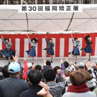 集まったファンらを前にライブを披露する「ばってん少女隊」のメンバー=福岡県宇美町の福岡刑務所で2019年12月7日午前10時8分、成松秋穂撮影
