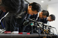 Kanagawa Gov. Yuji Kuroiwa, second from left, and other officials bow in apology during a press conference at the Kanagawa Prefectural Government office in Yokohama's Naka Ward on Dec. 6, 2019. (Mainichi/Masahiro Ogawa)
