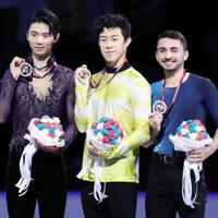 表彰式でメダルを手にする(左から)羽生結弦、米国のネーサン・チェン、フランスのケビン・エイモズ=イタリア・トリノのパラベラ競技場で2019年12月7日、貝塚太一撮影