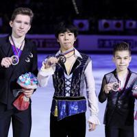 表彰式でメダルを手に笑顔を見せる佐藤駿(中央)=イタリア・トリノのパラベラ競技場で2019年12月7日、貝塚太一撮影