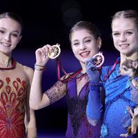 表彰台を独占しメダルを手に笑顔を見せるロシア勢。(左から)2位のアンナ・シェルバコワ、優勝したアリョーナ・コストルナヤ、3位のアレクサンドラ・トルソワ=イタリア・トリノのパラベラ競技場で2019年12月7日、貝塚太一撮影