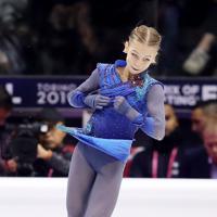 女子フリーでジャンプを決める、3位となったロシアのアレクサンドラ・トルソワ=イタリア・トリノのパラベラ競技場で2019年12月7日、貝塚太一撮影