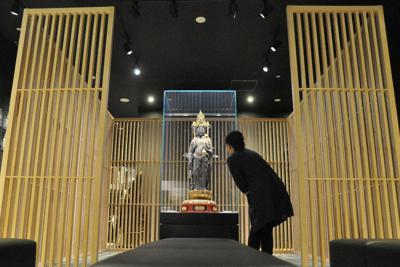 木製の囲いの中央にスポットライトを浴びた観音像が浮かび上がる「びわ湖長浜KANNON HOUSE」=東京都台東区で2019年10月29日、花澤茂人撮影