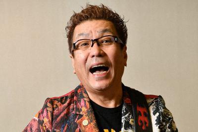 ポーズをとる歌手の嘉門タツオさん=大阪市北区で2019年11月15日、猪飼健史撮影