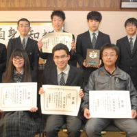 受賞を喜ぶ高校生部門・優秀賞の佐々木さん(前列中央)、同・優良賞の中山さん(同左)、一般部門・優良賞の三浦さん(同右)と応募した美幌高校の生徒ら