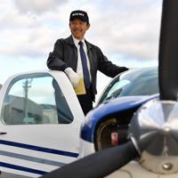 訓練機に乗り込む植野廣園さん=大阪府八尾市の八尾空港で、猪飼健史撮影