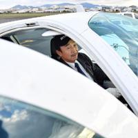 機内のチェックをする植野廣園さん=大阪府八尾市の八尾空港で、猪飼健史撮影