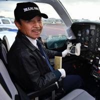飛行時間3万時間を迎える植野廣園さん=大阪府八尾市の八尾空港で、猪飼健史撮影