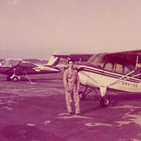 藤沢飛行場で訓練を始めたころの植野さん。乗機は当時、訓練用などに使われれていた米国パイパー社製の尾輪式単発機「PA18」(植野廣園さん提供)